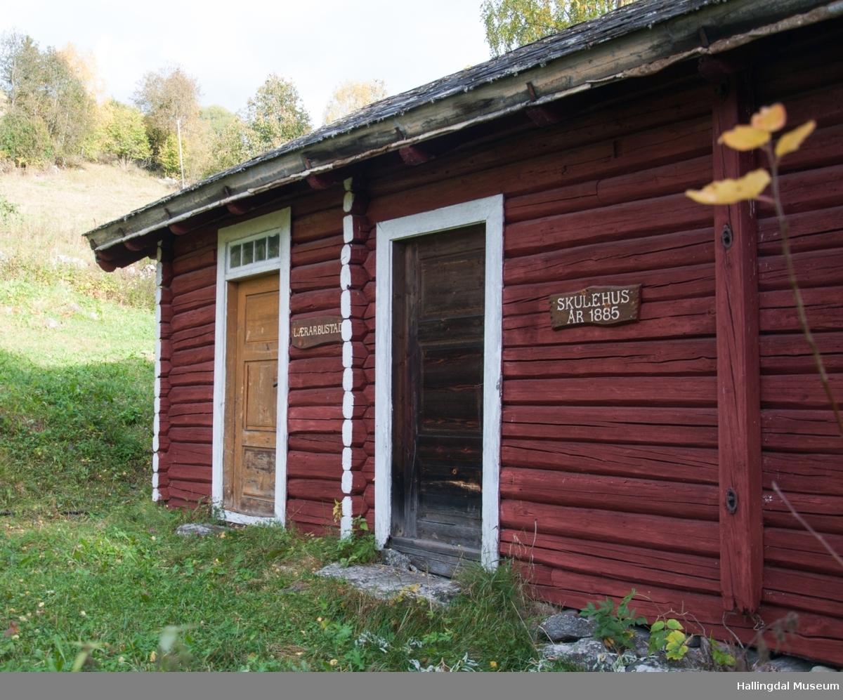 Dette er skolen fra Grønlio.  Skolen er bygd i slutten av 1800-tallet og er en enetasjes tømmerstue med skifer på taket.  Den har to inngangsdører.   Den ene går rett inn i skolerommet og den andre går til de to små rommene der læreren bodde.