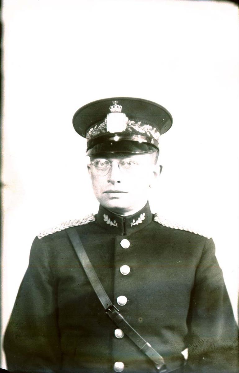 Portrett - Mann i politiuniform.