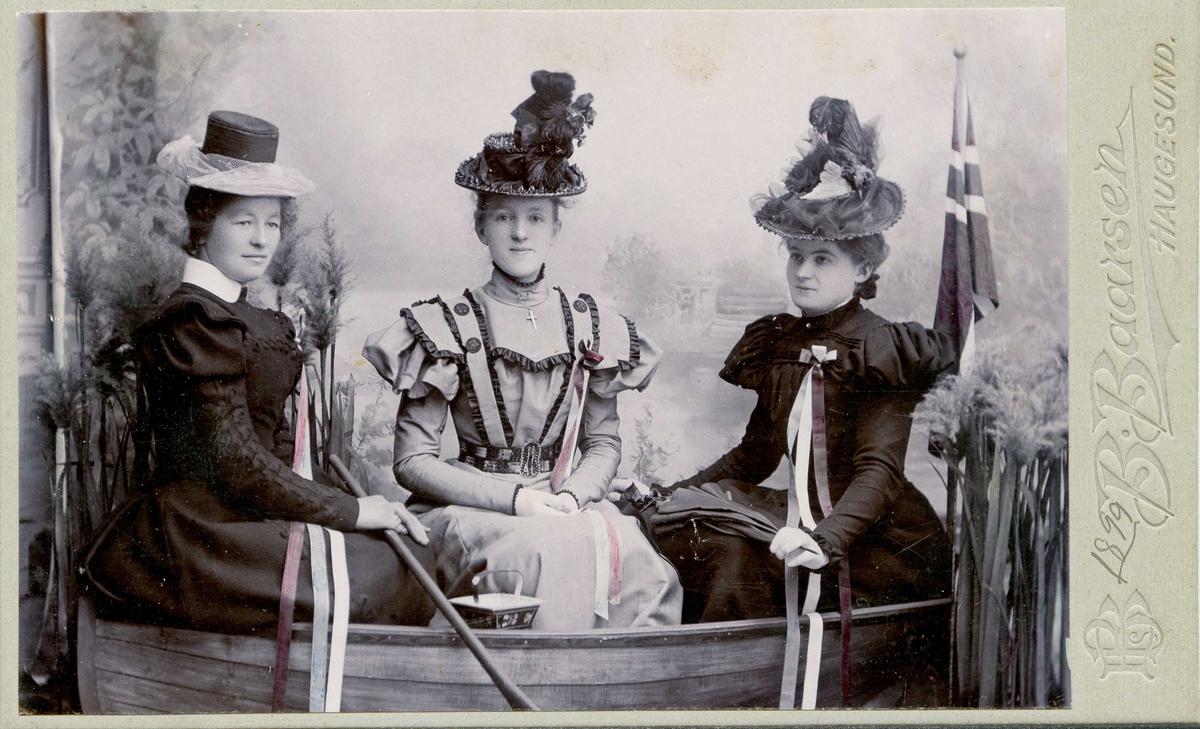 Portrett - Tre damer med hatt, pyntet til 17. mai - Draktskikk.