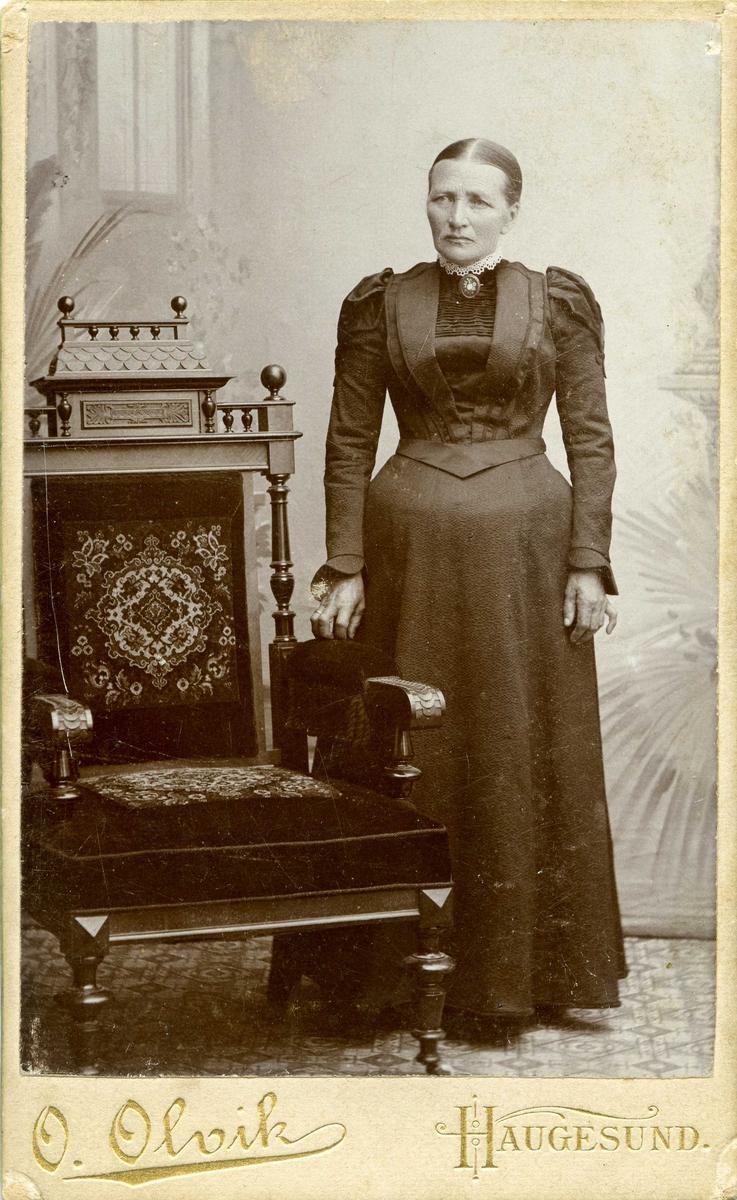 Portrett -Fru Marie Thorsen, f. Jacobsen. Hun var søster av Simon Christiansen. Gift med Trus Thorsen, skipper. Hun var datter av Chr. Bendix Røthing Jacobsen. Emigrerte til USA.