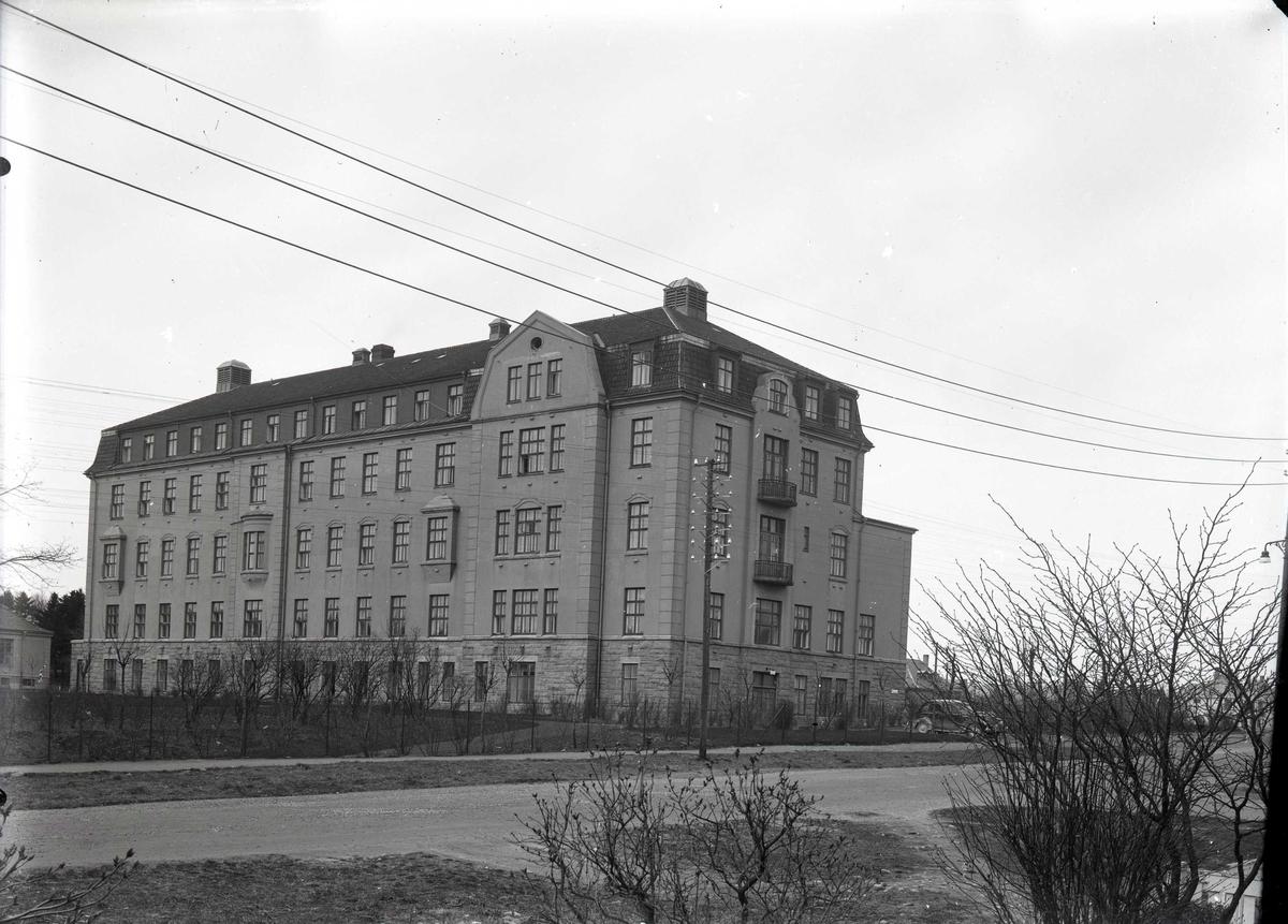 Haugesund Sykehus fotografert fra sørøst. Karmsundsgt. i forgrunnen