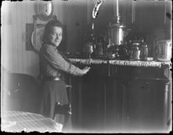 Ung jente i et kjøkkeninteriør