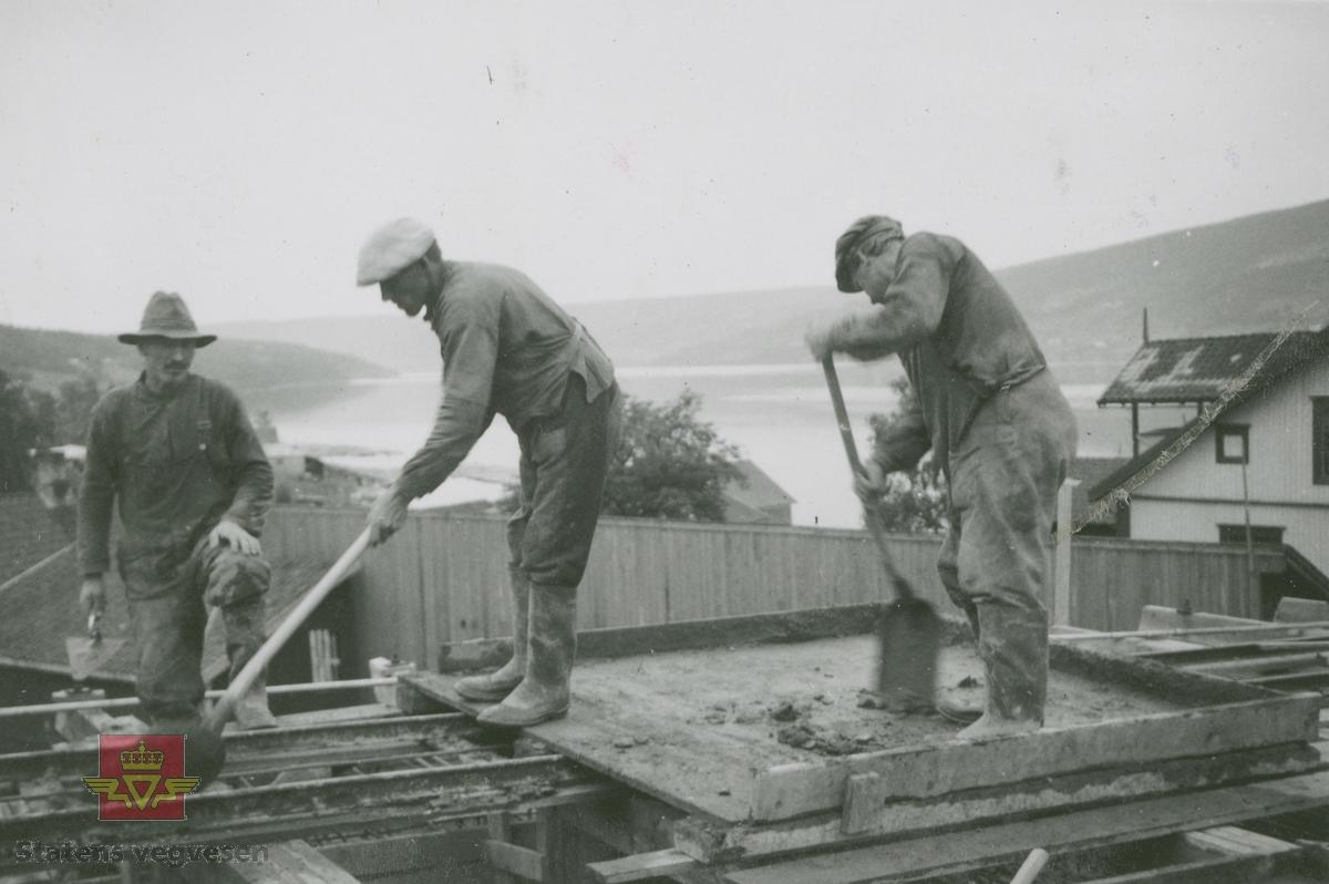 Vingnesbrua under oppbygging 06.07.1934. Støpearbeid. Mennene på bildet er ukjente.