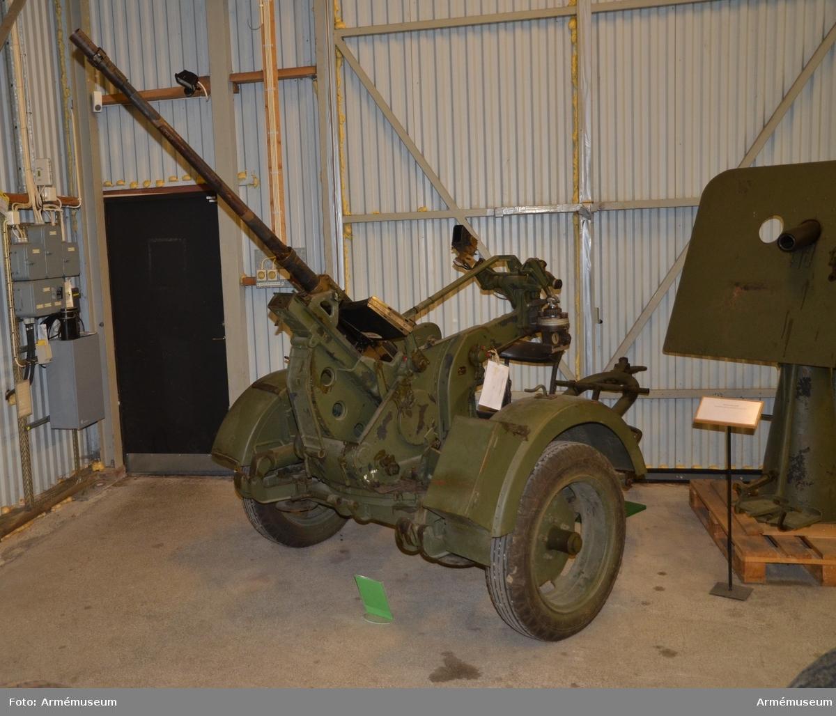 Grupp F I. Pjäsens vikt med utrustning är 470 kg, största skottvidden är 5000 m, och den mekaniska eldhastigheten är 5 skott per sekund.