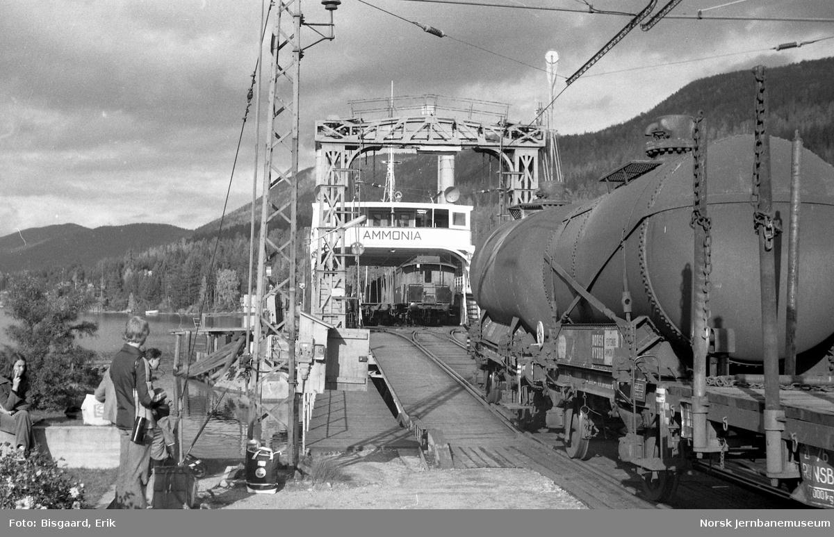 D/F Ammonia ved kai på Tinnoset - fergeskifting