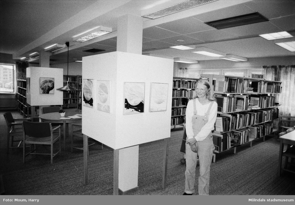 Konstnärinnan Gertrud Andersson ställer ut på Kållereds bibliotek, år 1983.  För mer information om bilden se under tilläggsinformation.
