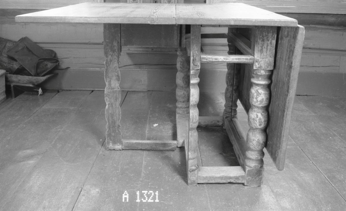 4 ben m. vulster, 4 forbindingstrær, 1/2-parten av 2 ben til å svinge ut; plate m. 2 halvsirkelformede klaffer