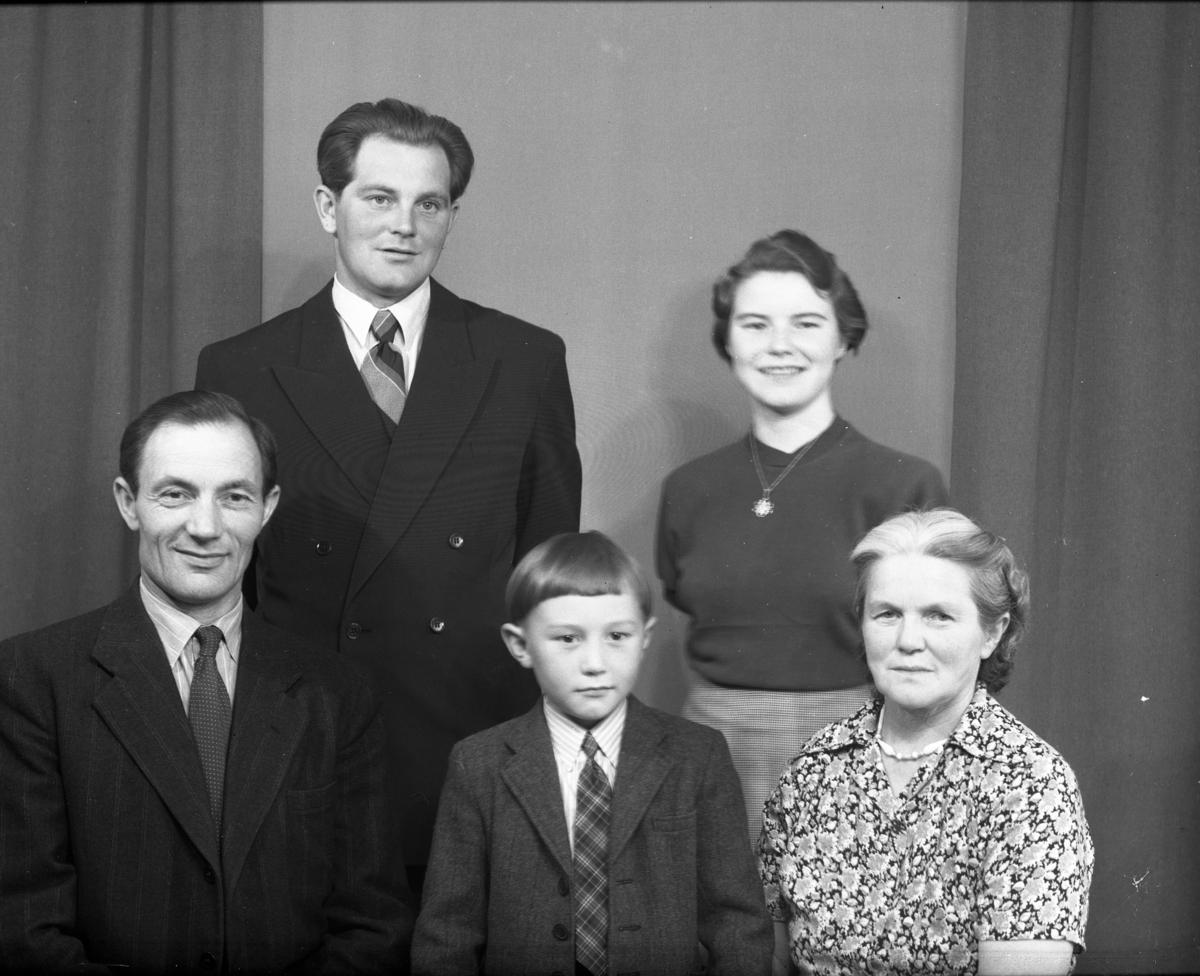 Familiebilde framme frå v. Per Svensen,guten i mitten er ukjent og Bergljot  Iversen Svensen. bak frå v.Sverre og Ivara Bergljot Svensen.