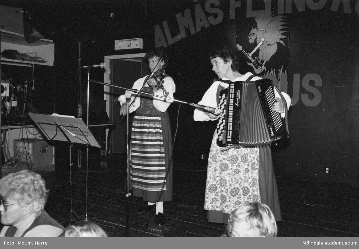 Föreningarnas dag på Almåsgården i Lindome, år 1983.  För mer information om bilden se under tilläggsinformation.
