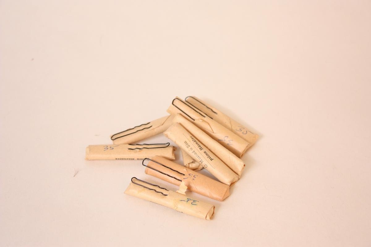 Form: U-forma Hårnålene ligg i 68 pakkar, med 20 nåler i kvar. På innpakkingspapiret står det skrive 35 med blyant, truleg for 35 øre? Butikkvare.