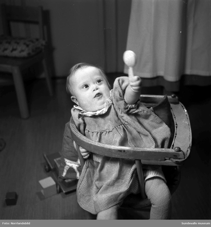 En serie bilder från verksamheten på Vita Bandets spädbarnshem, fotograferat för en informationsbroschyr. På bild två ses föreståndaren (för spädbarnshemmet) Anna Lilja till höger samt rektor (för barnsköterske- och husmodersskolan) Elsa Rutbäck till vänster.
