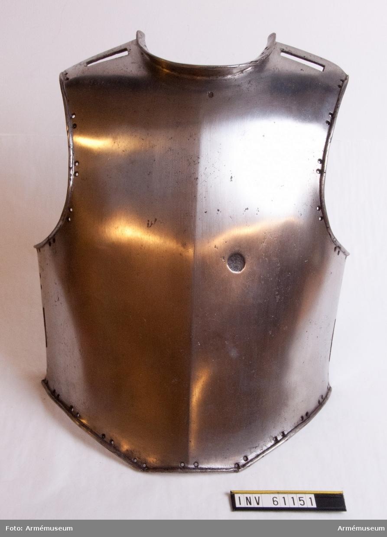 Grupp D IV. På utsidan oläslig mästarstämpel, kulmärke till vänster. Insidan  svartfernissad, till vänster kronostämpel samt XVIII. 1683 års förordning.