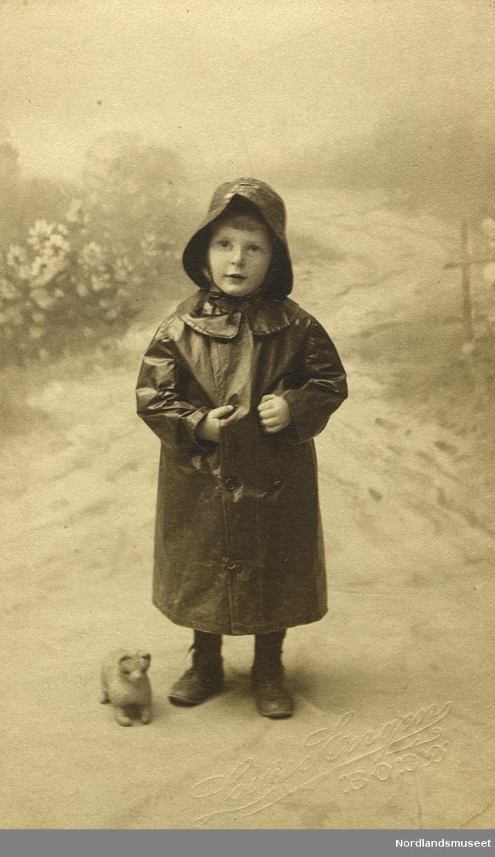 Portrett av en liten gutt med regntøy.