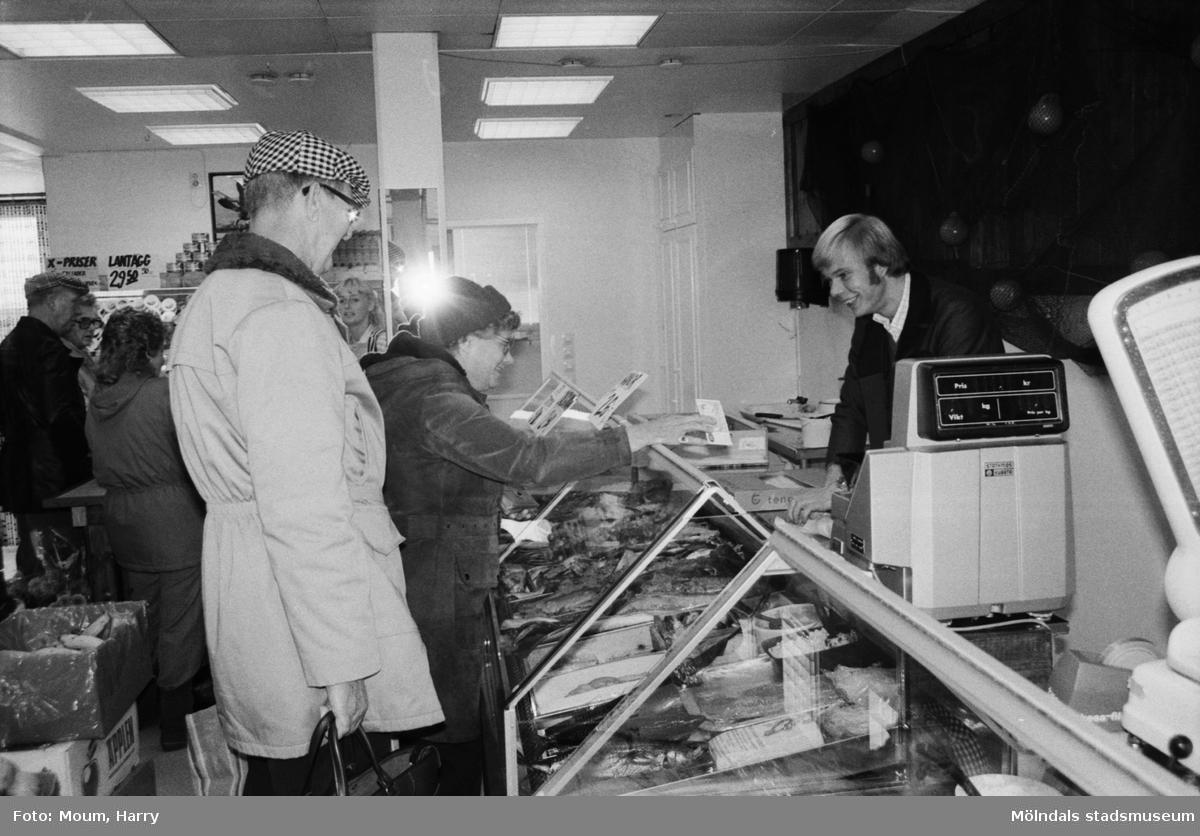 """Ny fiskaffär, Fiskhörnan, på Hagabäcksleden i Kållereds centrum, år 1983. """"Christer Augustsson betjänar kunder i sin nyöppnade affär.""""  För mer information om bilden se under tilläggsinformation."""
