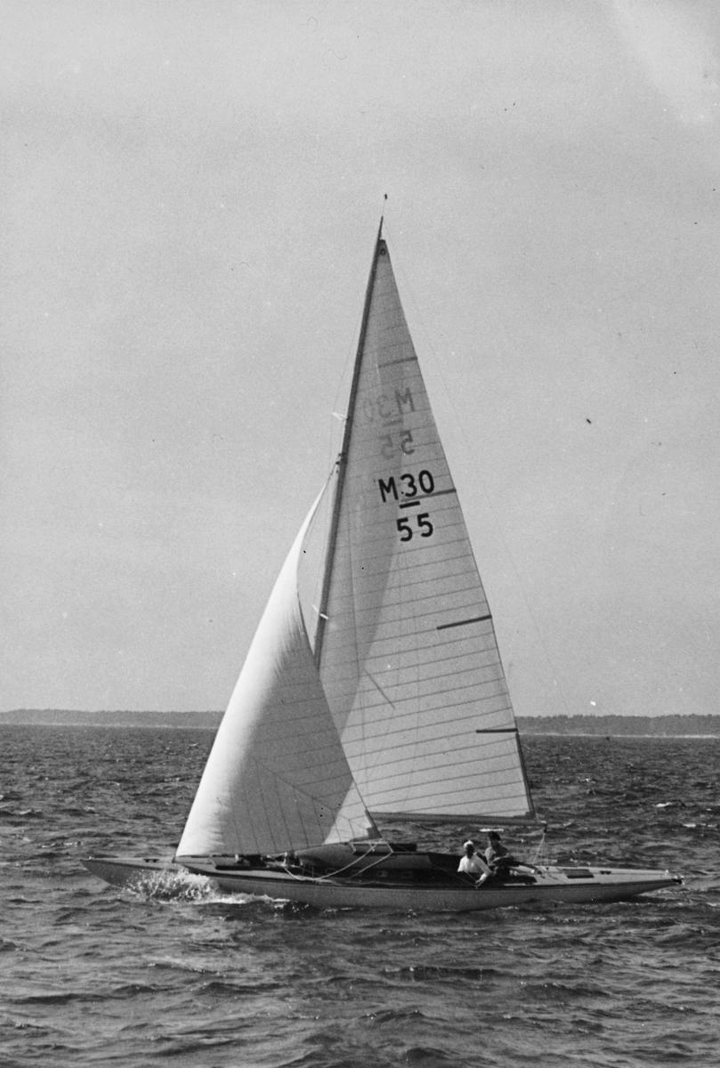 Fartyg: ESS VI                         Bredd över allt 2,06 meter Längd över allt 11,50 meter  Rederi: Scholander, Sten Byggår: 1942 Varv: Strängnäs Båtvarv (Erik Erikssons Båtvarv) Konstruktör: Eklund, Lage Övrigt: Scholander seglade M30-55 ESS VI endast under 1942 och 1943 års säsonger; till 1944 hade båten fått ny ägare och namnet GITTAN IV. Fotografiet återgivet i Svenska Segelyachter (Sthlm 1943) s 323.
