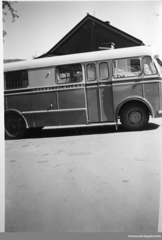På Gol jernbanestasjon. Bussen tilhøyrer A/L Hemsedalbilene.