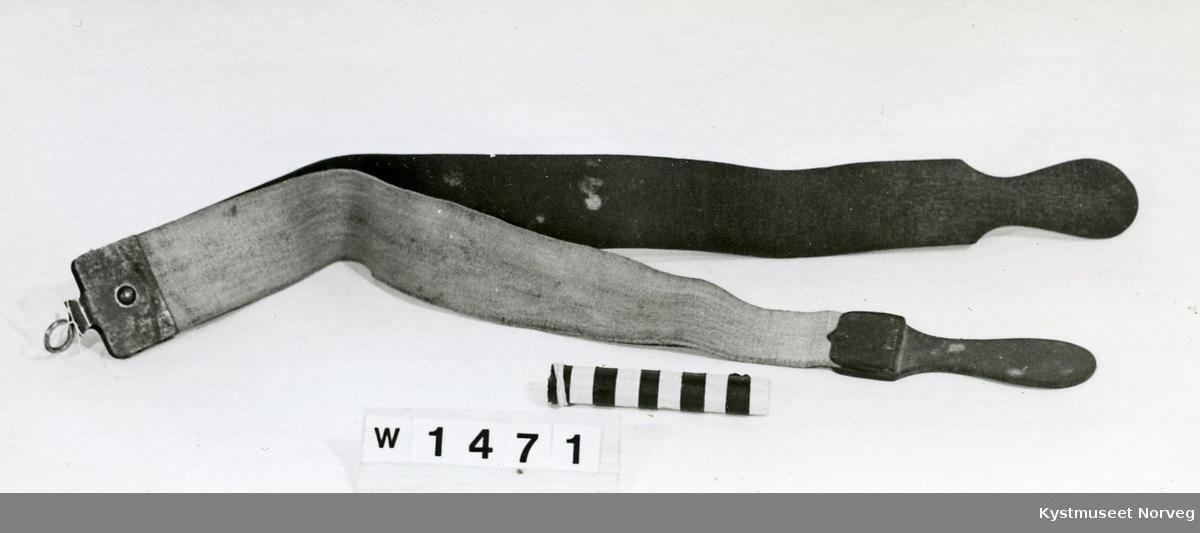 Reim for å kvesse barberkniven på. Først strøk en knivbladet over stoffreima, deretter mot lærreima.