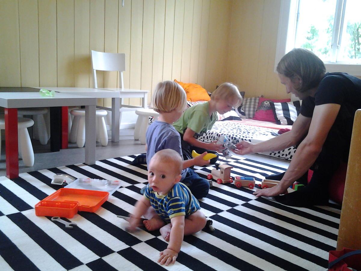Tre barn og en far leker (Foto/Photo)