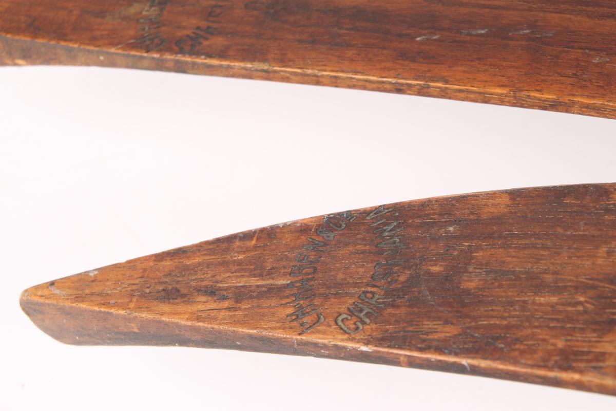 Et par heltreski med enkel tupp. Tuppene er fortykket hvilket gjorde de sterkere. Skiene har langsgående mønerygg på fram- og bakski samt rektangulær rand under. Bakenden på skien er oppbøyd og tilspisset butte. Skiene er utstyrt med Huitfeldt-bindinger og Høyer-Ellefsens strammer. Bindingen ble modifisert av Olav Bjaaland med ekstra kroker og ringer for å tåle den ekstreme påkjenningen på Sydpolferden og for at de skulle være lettere å ta av og på. I følge Roald Amundsen ble skibindingene tatt med inn i teltet om natten av hensyn til hundene, som anså bindingene for å være en delikatesse.