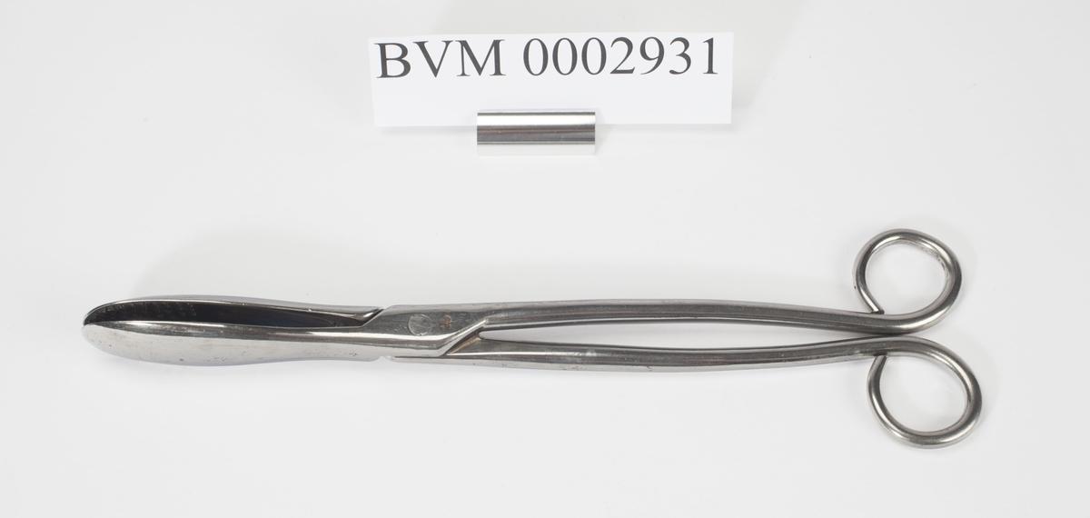 Instrumentet holdes i to ringer som en vanlig saks. I gripeenden er flatene riflet.