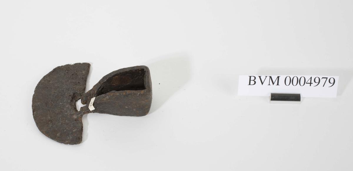Smidd jernkrafse. I overgangen mellom skafthull og blad er det rustet gjennom et hull.