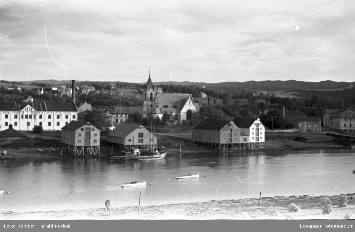 Melkefabrikken og kirka ved Levangersundet