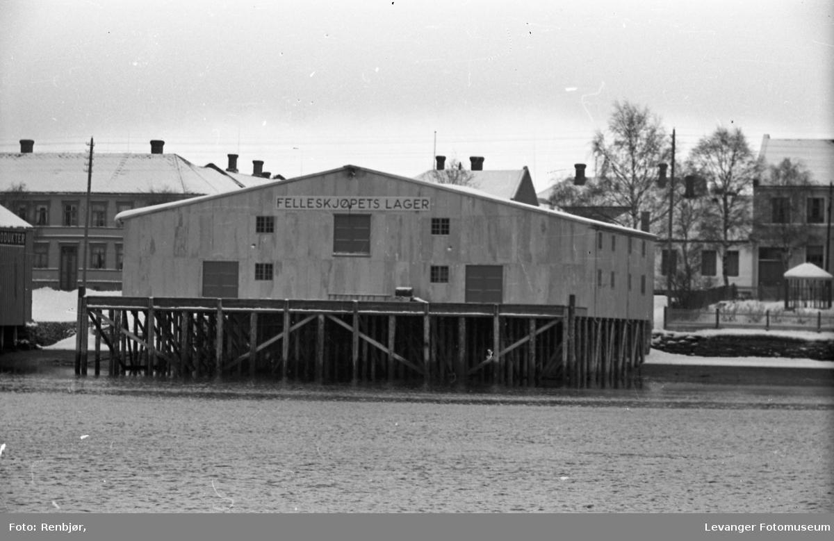 Brygger og hus langsmed Levangersundet. Felleskjøpets brygge.