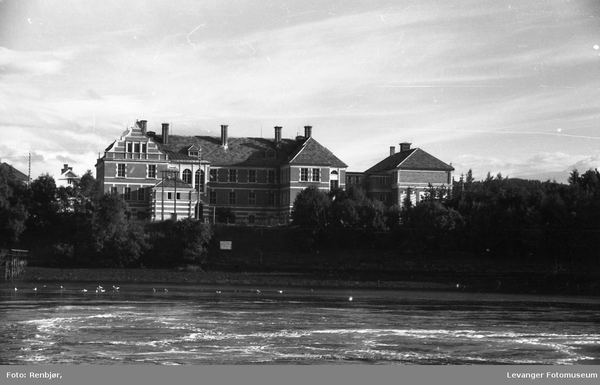 Levangersundet. Lærerskolen sett fra Nesset.
