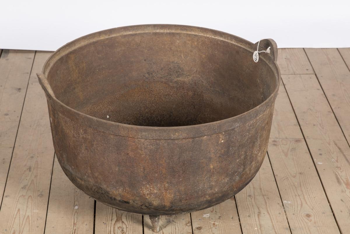 Jerngryte med 3 ben, og 2 ører for feste av hank. Gryta har vært brukt ved griseslakting på Skårer gård.