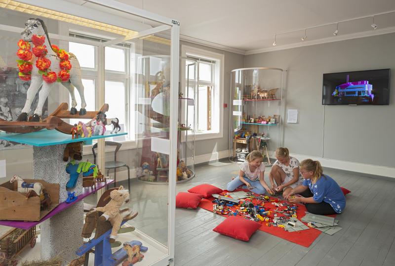 Barn på besøk i leketøysutstillingen
