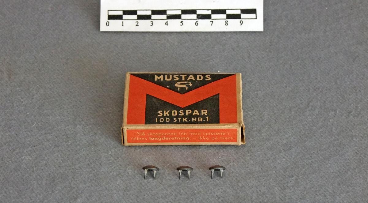 """Skobespar / skospar i en tilhørende pappeske.  Form:  """"hodet"""" sirkulært."""