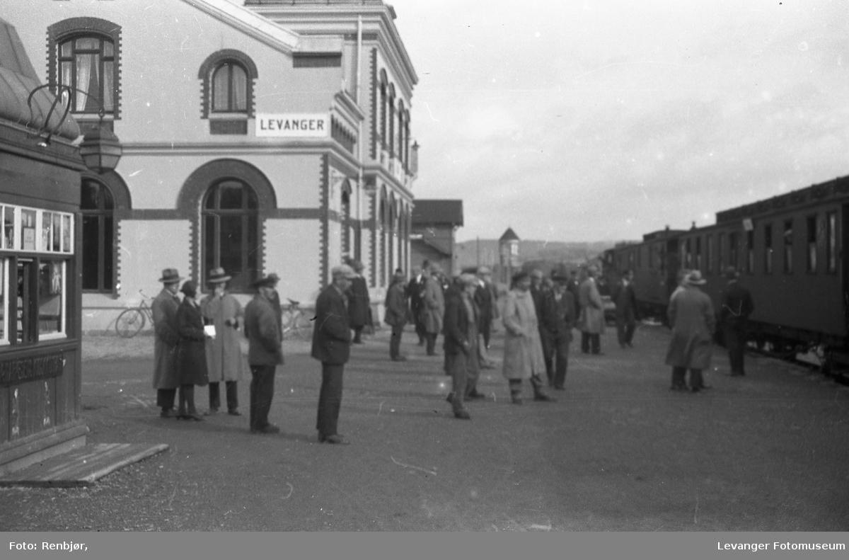 Levanger sentrum og litt fra Nesset. På jernbanestasjonen.