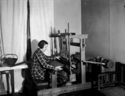 Rumsinteriör.Vävning, en kvinna. Margit Lindskog