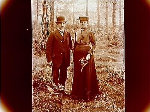 En man och en kvinna i skogen.Johan Larsson