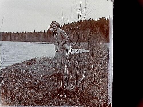 En kvinna.Familjebild.Två bilder (8x8 cm) på samma glasplåt (8x17 cm).