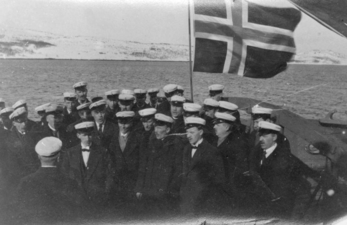 Sangerstevne i Vardø 1918. Kirkenes mannskor ombord i A/S Pasvik. De 3 første sangerstevnene i Finnmark Sangerforbund var: 1917 i Kirkenes, 1918 i Vardø og 1919 i Vadsø. (Navnene på mannkorsmedlemene følger med bildet).