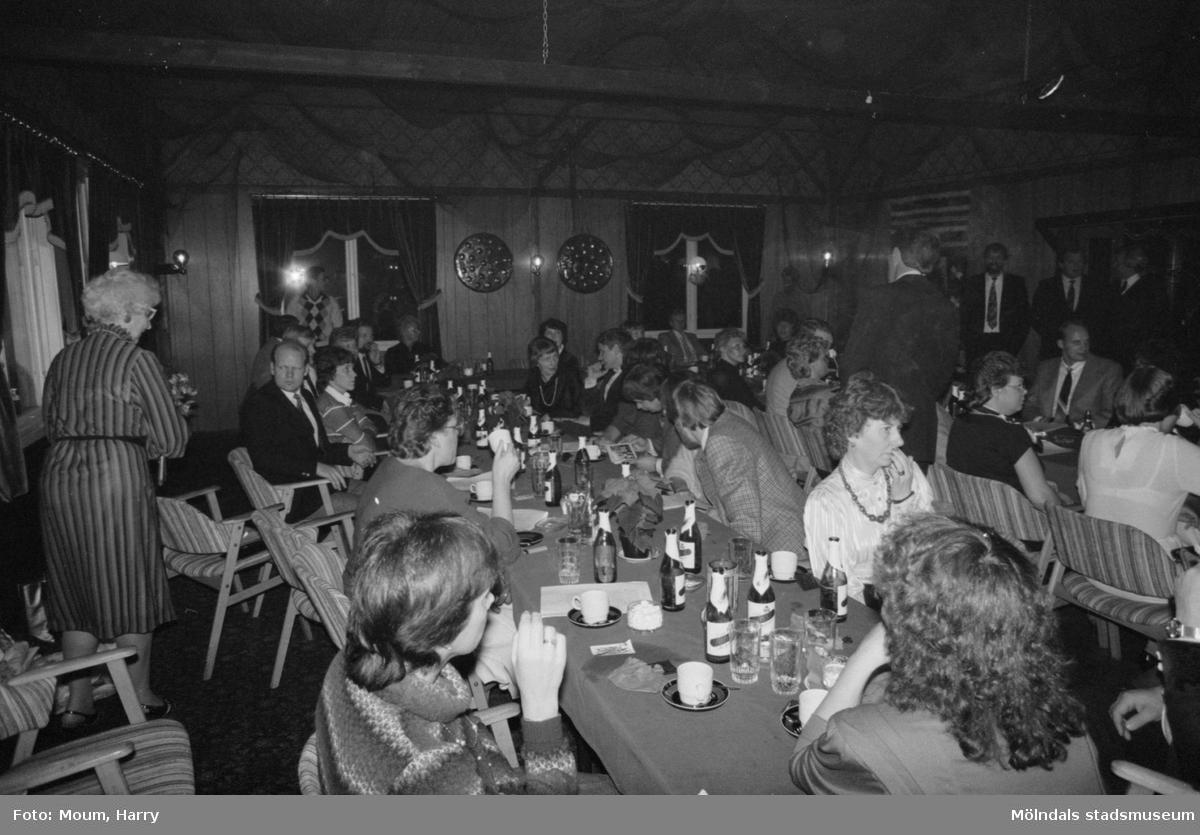Skolklass från Sinntorpsskolan 25-årsjubilerar med sina lärare på Kållereds Värdshus, år 1983.  För mer information om bilden se under tilläggsinformation.