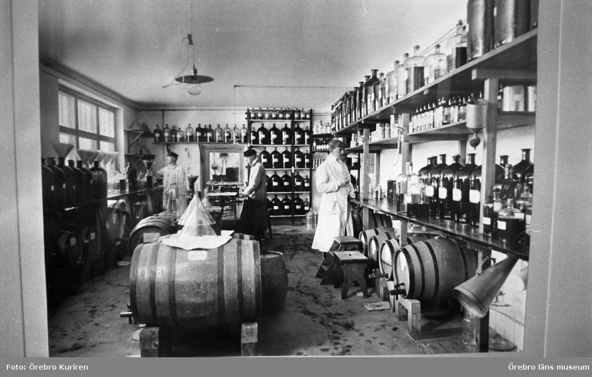 Champis 5 maj 1970En tavla som föreställer tre män i arbetsklädsel som tillverkar drycker.