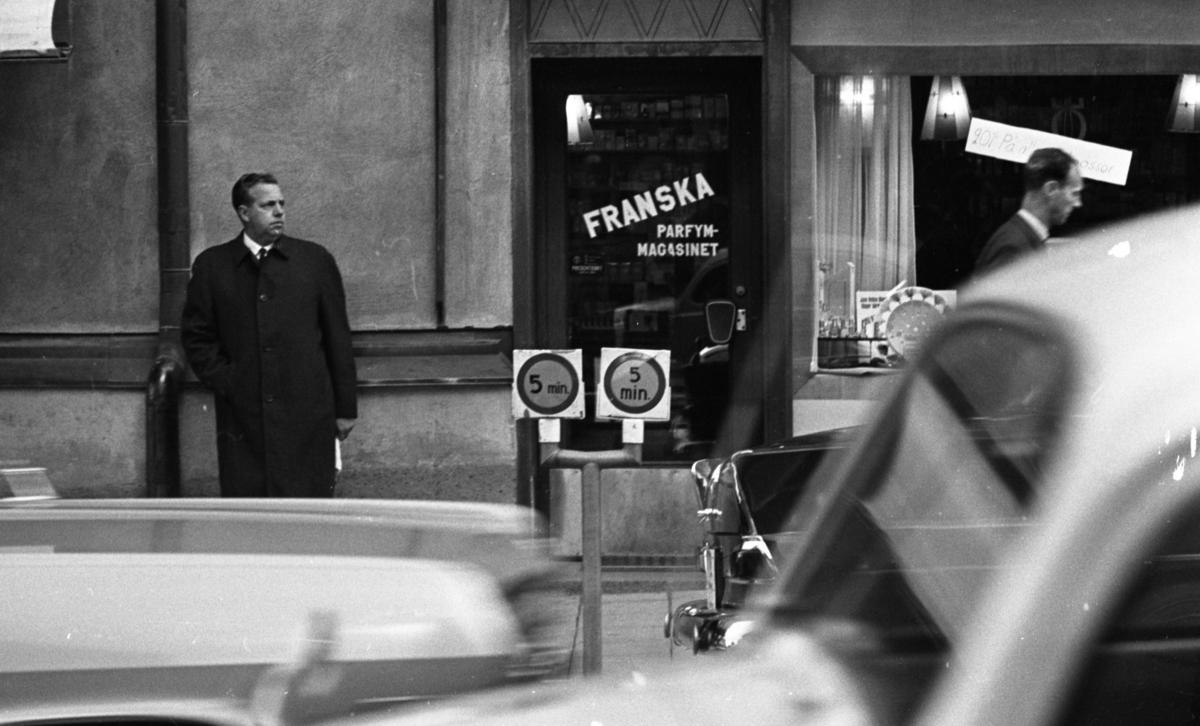 I väntans tider 1 april 1965Utanför Franska parfymmagasinet.