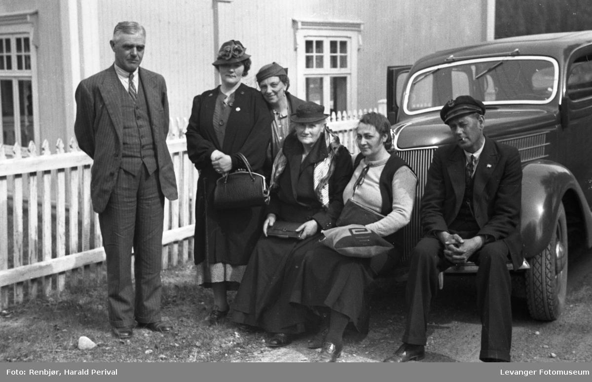 Magnhild Renbjør m flere fra turen til Oslo over Røros i 1936.