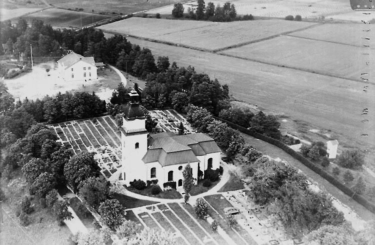 Flygfoto över Hasta kyrka.