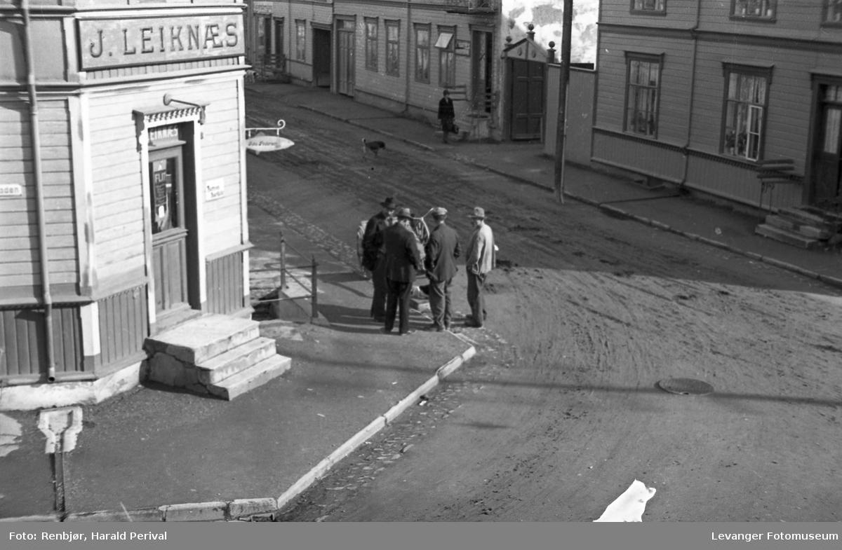 Folk på Leiknæshjørnet mellom Håkon den godes gate og Brugata. Tatt fra 2-.etasje i Renbjørgården.