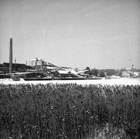 Hammars glasbruk, fabriksbyggnader.Bostadshus och kyrkobyggnad till höger på bilden.