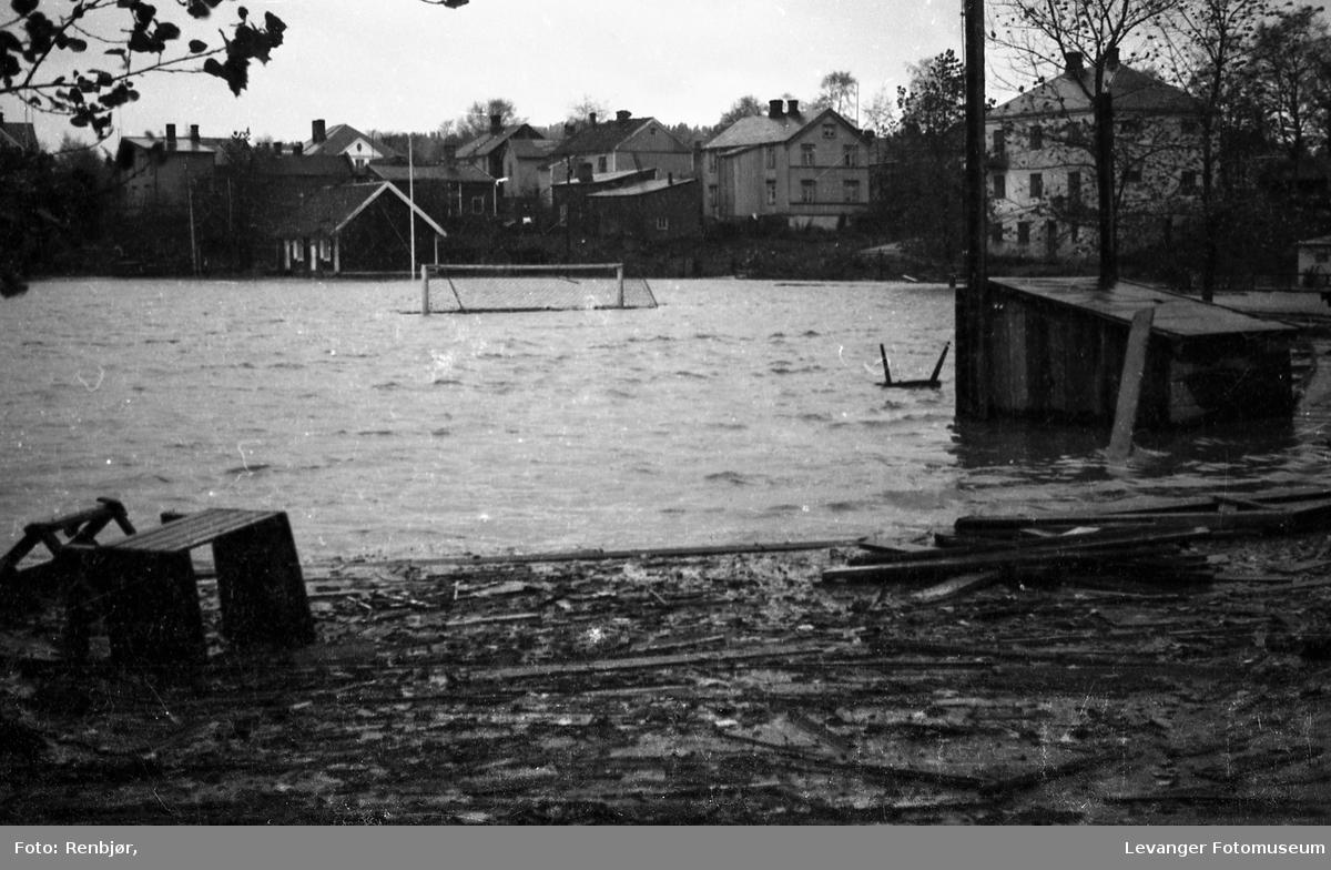Levangerelva flommer over sine bredder og inn i byen. Alt flyter på Levanger Stadion.