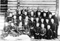 Løken skule 1900. Fyrste rekke frå venstre: Barbo K. Intelhu