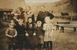 Gruppebilete av (bak f. v.): Gerd May Axelsdtr. Lindh, Gina