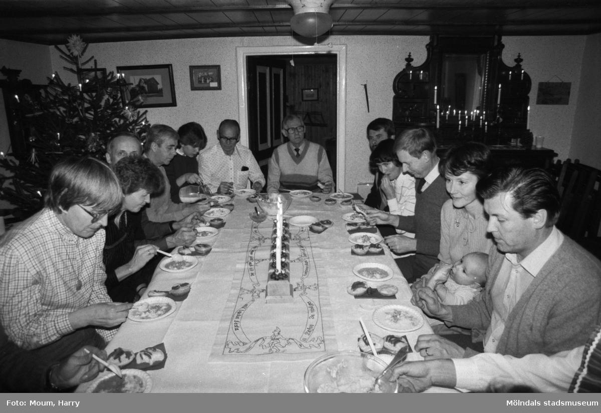 Kvarnbyns Folkdanslag håller sin terminsavslutning på hembygdsgården i Långåker, Kållered, år 1983.  För mer information om bilden se under tilläggsinformation.