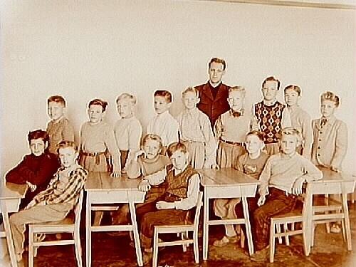Engelbrektsskolan, klassrumsinteriör, 15 pojkar med lärare Göte Hansson, klass 4H, sal 19.