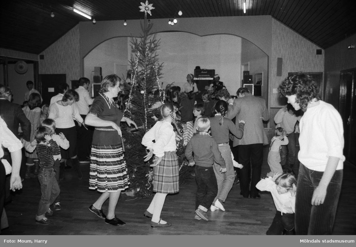 Lindome hembygdsgilles julgille på Hällesåkersgården i Lindome, år 1984. Dans kring granen.  För mer information om bilden se under tilläggsinformation.