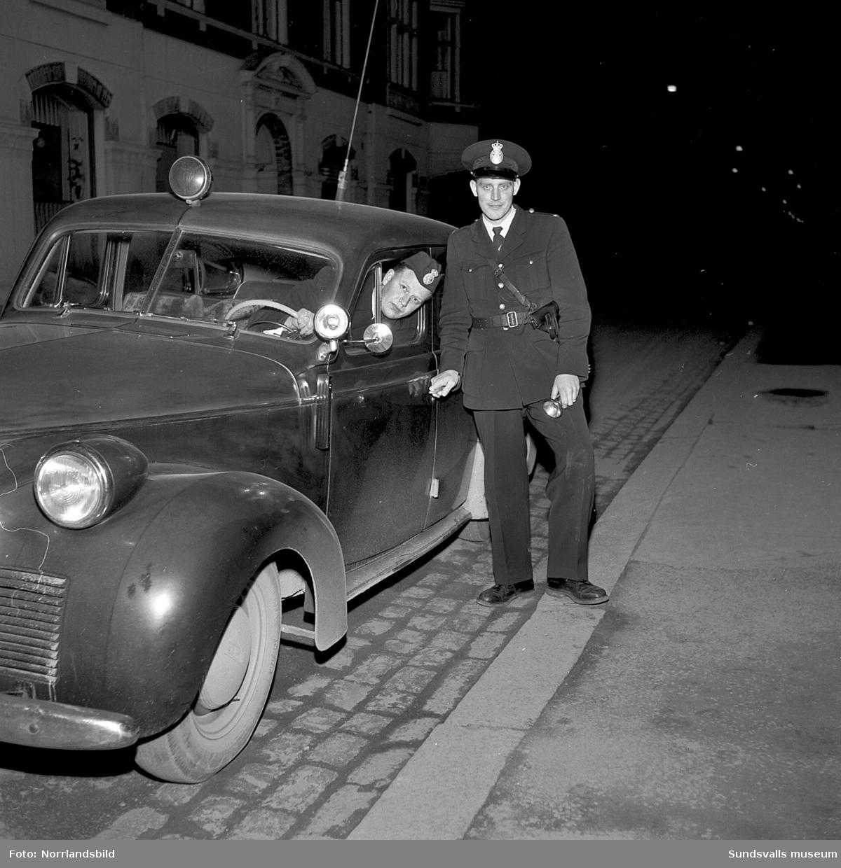 Två poliser på uppdrag på stadens gator med nya radiobilen. Fasaden bakom bilen på den första bilden är Trädgårdsgatan 17.
